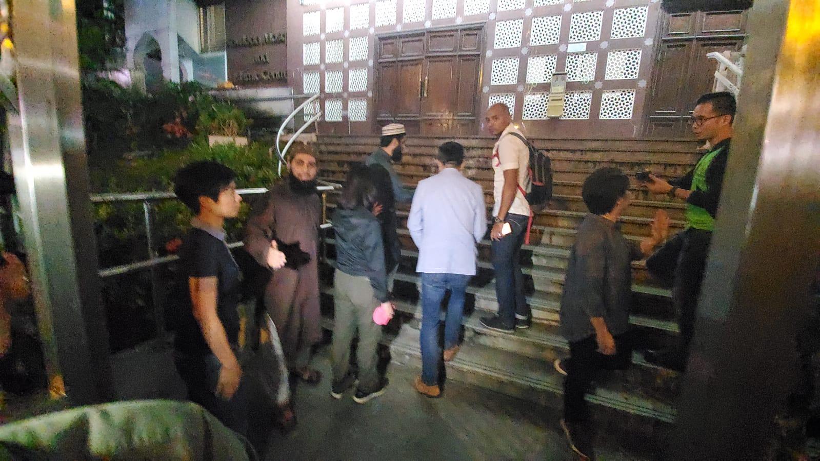 警方攜水桶進入寺內。