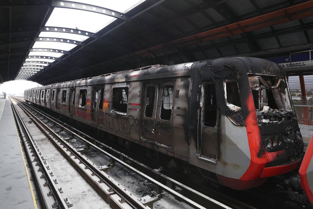 智利示威者毀壞地鐵。AP