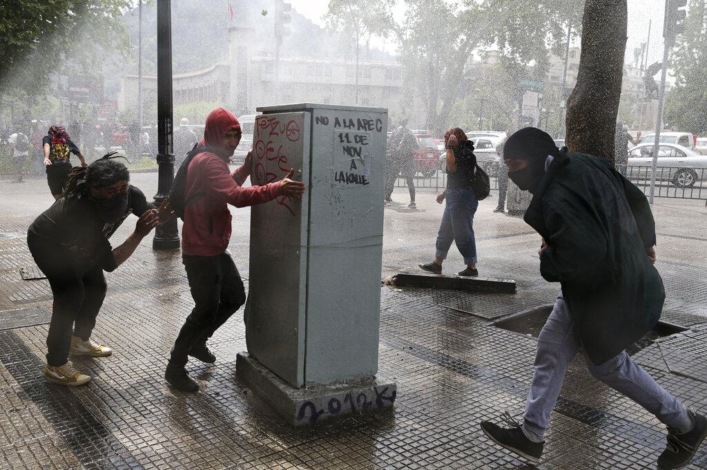 智利撤回地鐵加價,示威未平息。AP