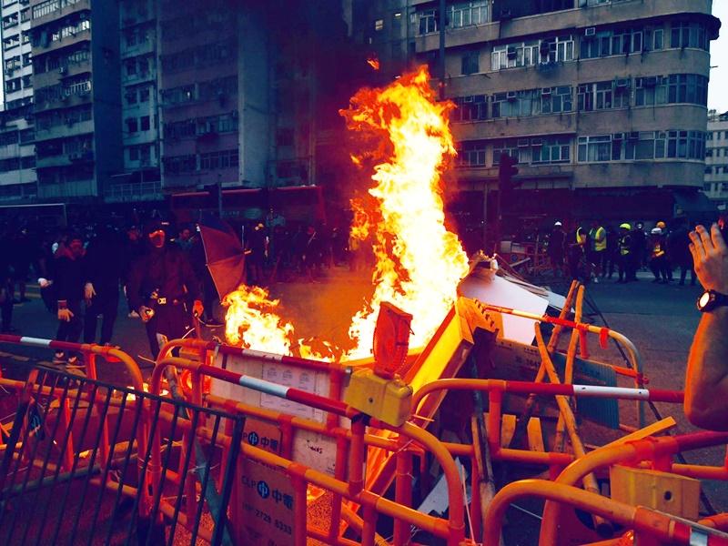政府強烈譴責示威者肆意破壞。