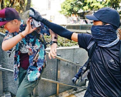 【修例風波】圖阻示威者塗鴉警徽 內地男被噴面入警署暫避