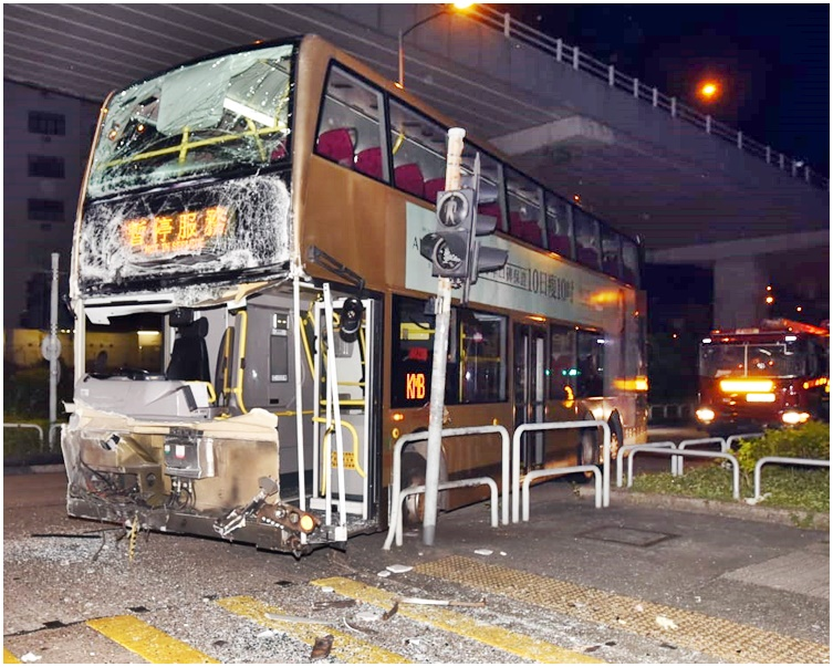 空載九巴車頭嚴重損毀。