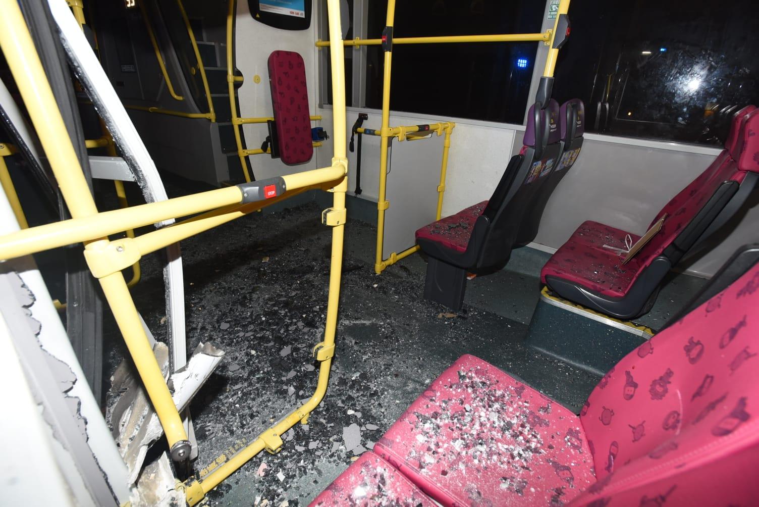 104九巴車身損毀,車門及車窗粉碎。