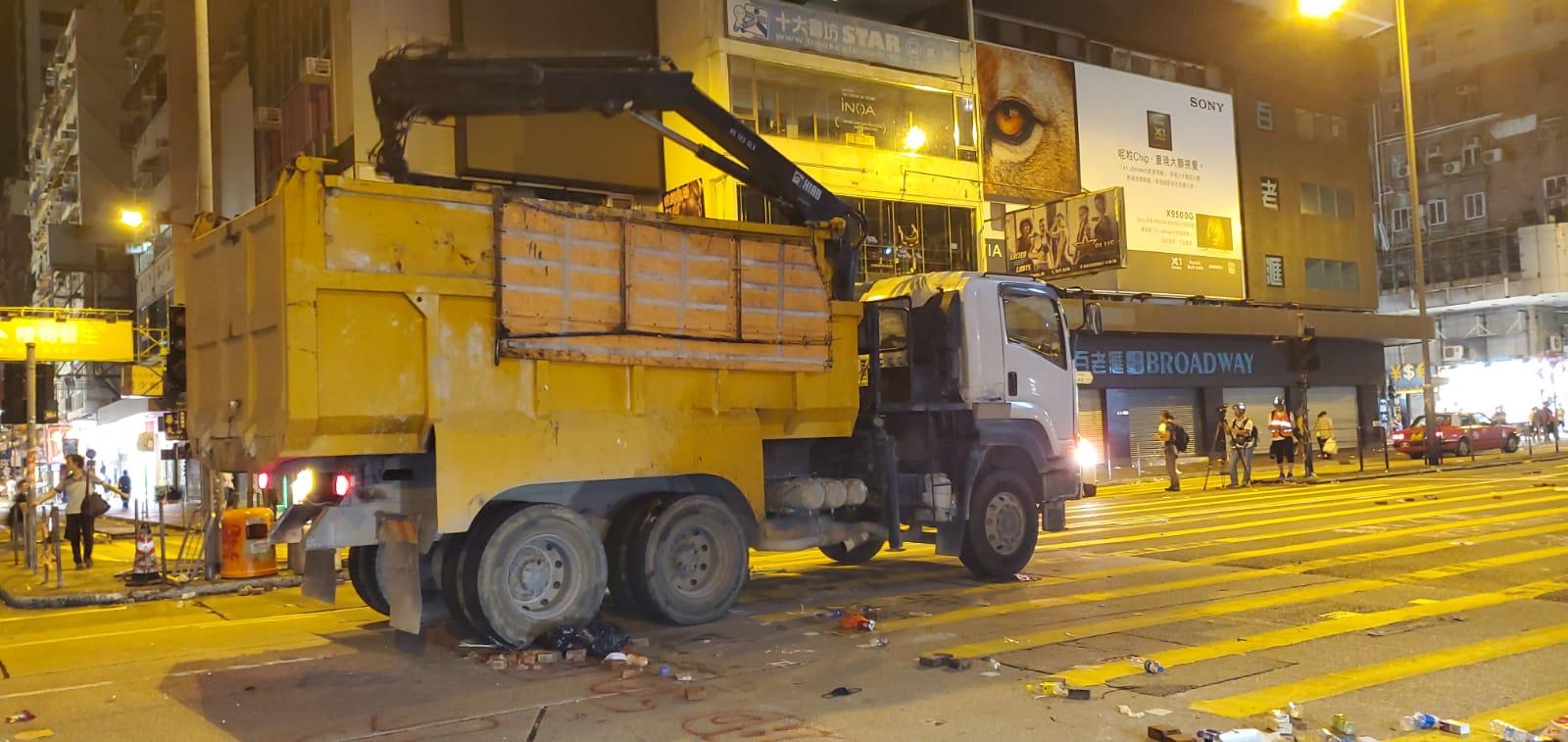 工作人員到場清理布滿雜物的街道。