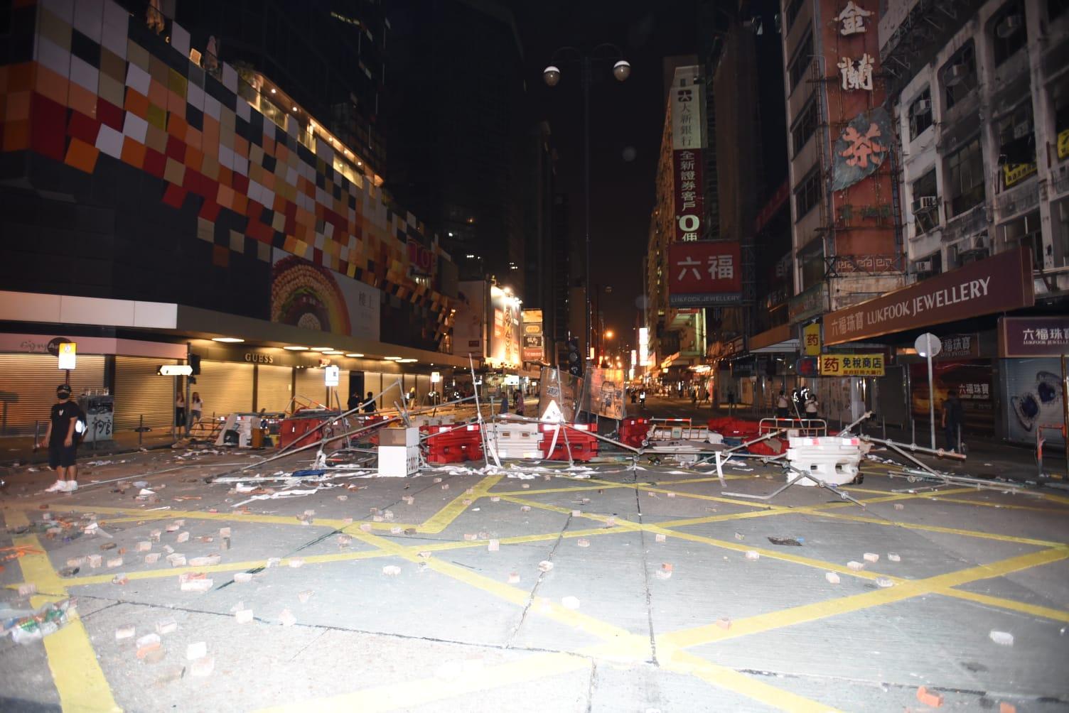 示威過後街道滿布雜物。
