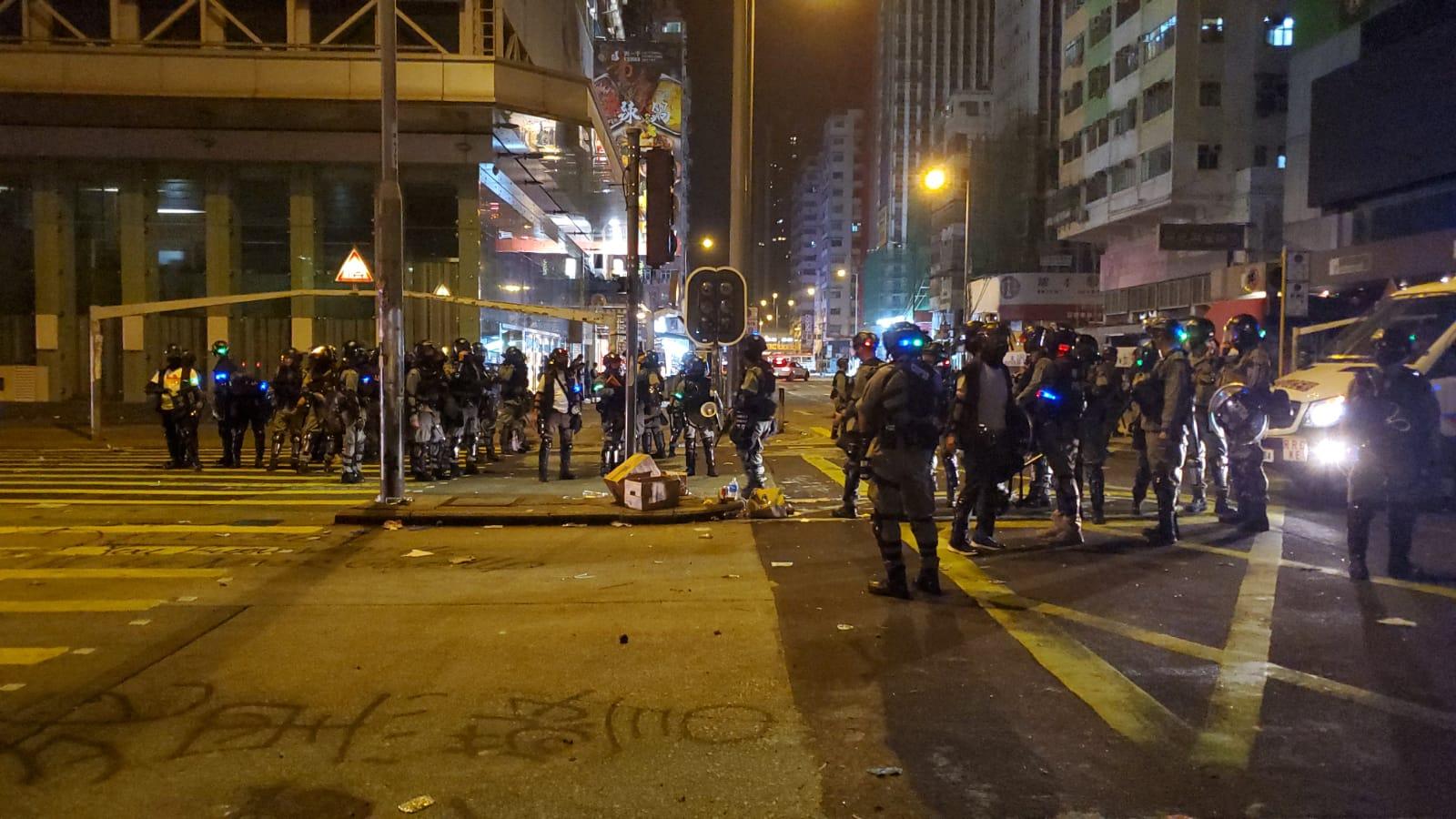 防暴警待聚集的示威者散去後收隊離場。