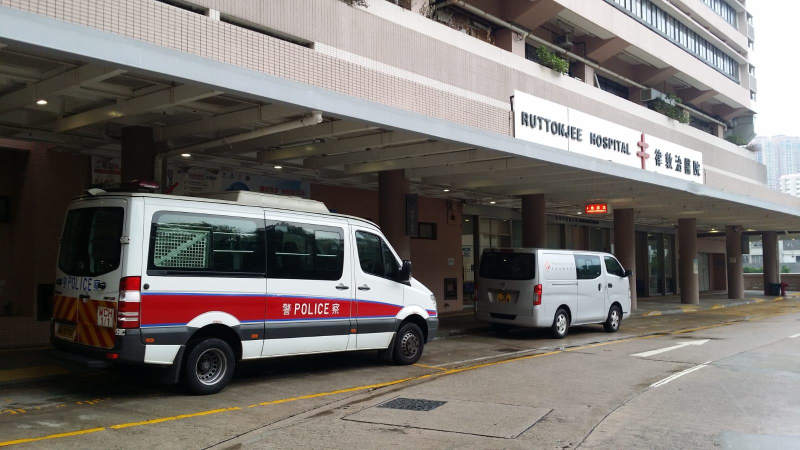 警員手及腳受傷,清醒被送往律敦治醫院治理。