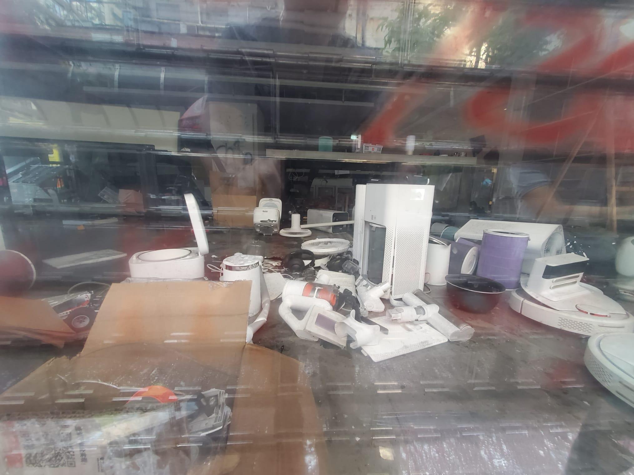 店內產品被破壞。 梁國峰攝