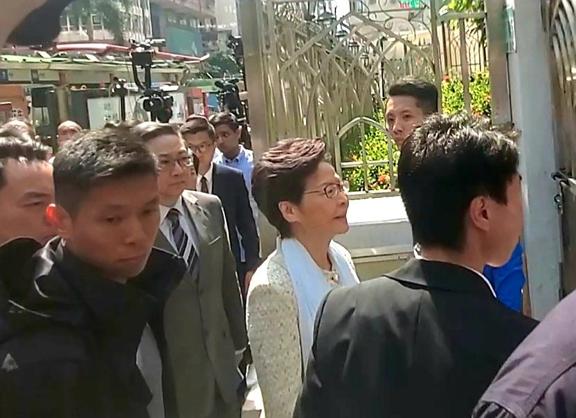 林鄭月娥與盧偉聰一同到訪清真寺。