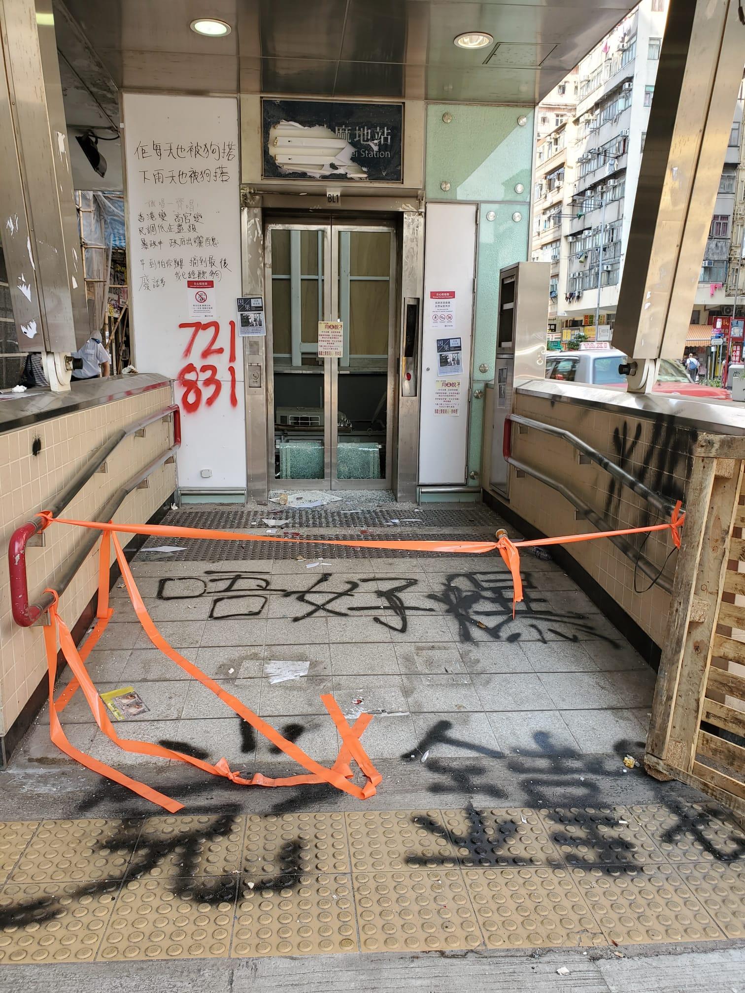 油麻地站一個升降機被塗鴉破壞已圍封。 梁國峰攝
