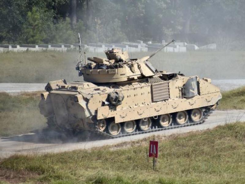 事故發生時6名士兵正駕駛一輛布拉德利戰車進行訓練,其中3人當場死亡,另外3人受傷。(網圖)