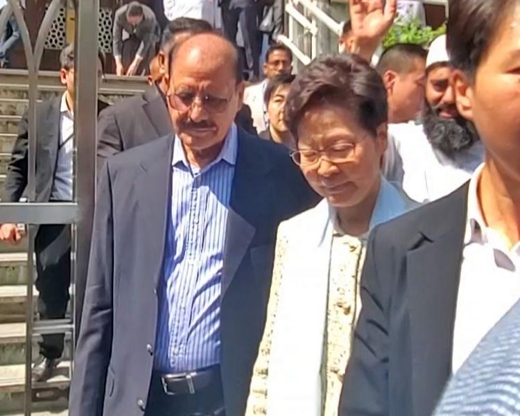 林鄭月娥離開清真寺時無回應傳媒提問。
