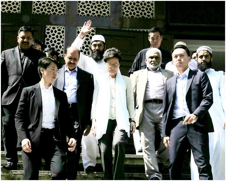 林鄭月娥逗留約半小時後,於早上11時40分離開清真寺。