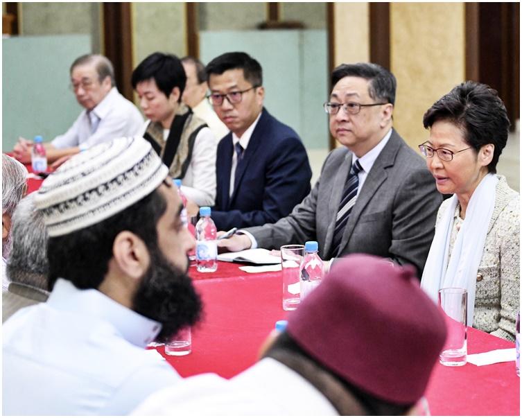 盧偉聰(右二)陪同林鄭月娥(右一)到訪清真寺。