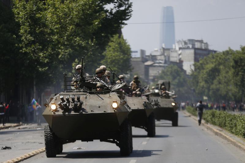 智利民主化以来,首次有大批军人和装甲车进驻首都及其他城市。