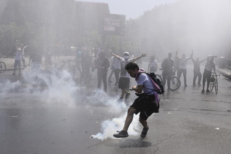 大批示威者在圣地亚哥再次上街,焚烧巴士、破坏地铁站,与防暴警察冲突,警方施放催泪弹及水砲驱散。