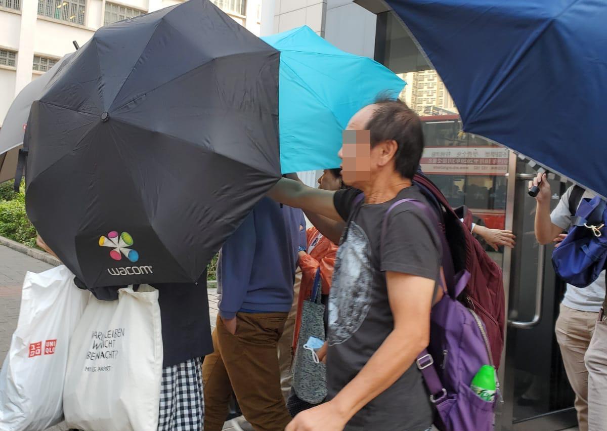 被告徐俊傑(中間藍色衫)。黃雅純攝