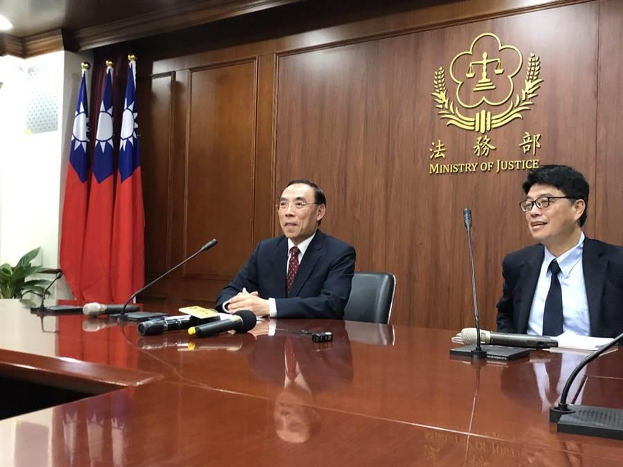 台灣法務部長蔡清祥(左)、陸委會副主委邱垂正召開記者會。網上圖片