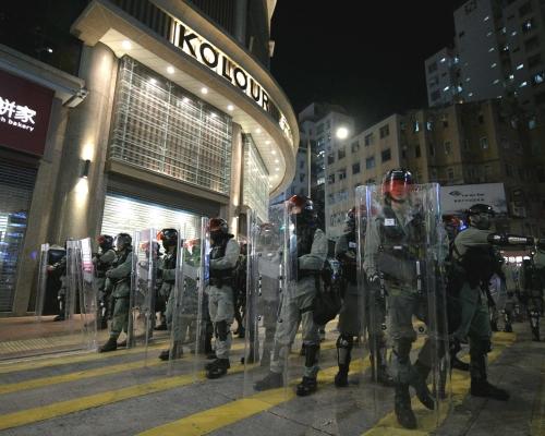 元朗7.21襲擊3個月示威者多處堵路 防暴警黑橙旗警告制服多人