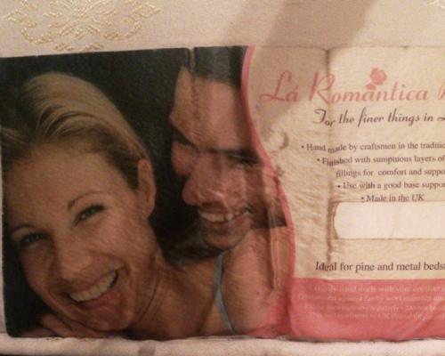 男友枕頭偷藏「前女友照片」英女提出分手後發現尷尬真相