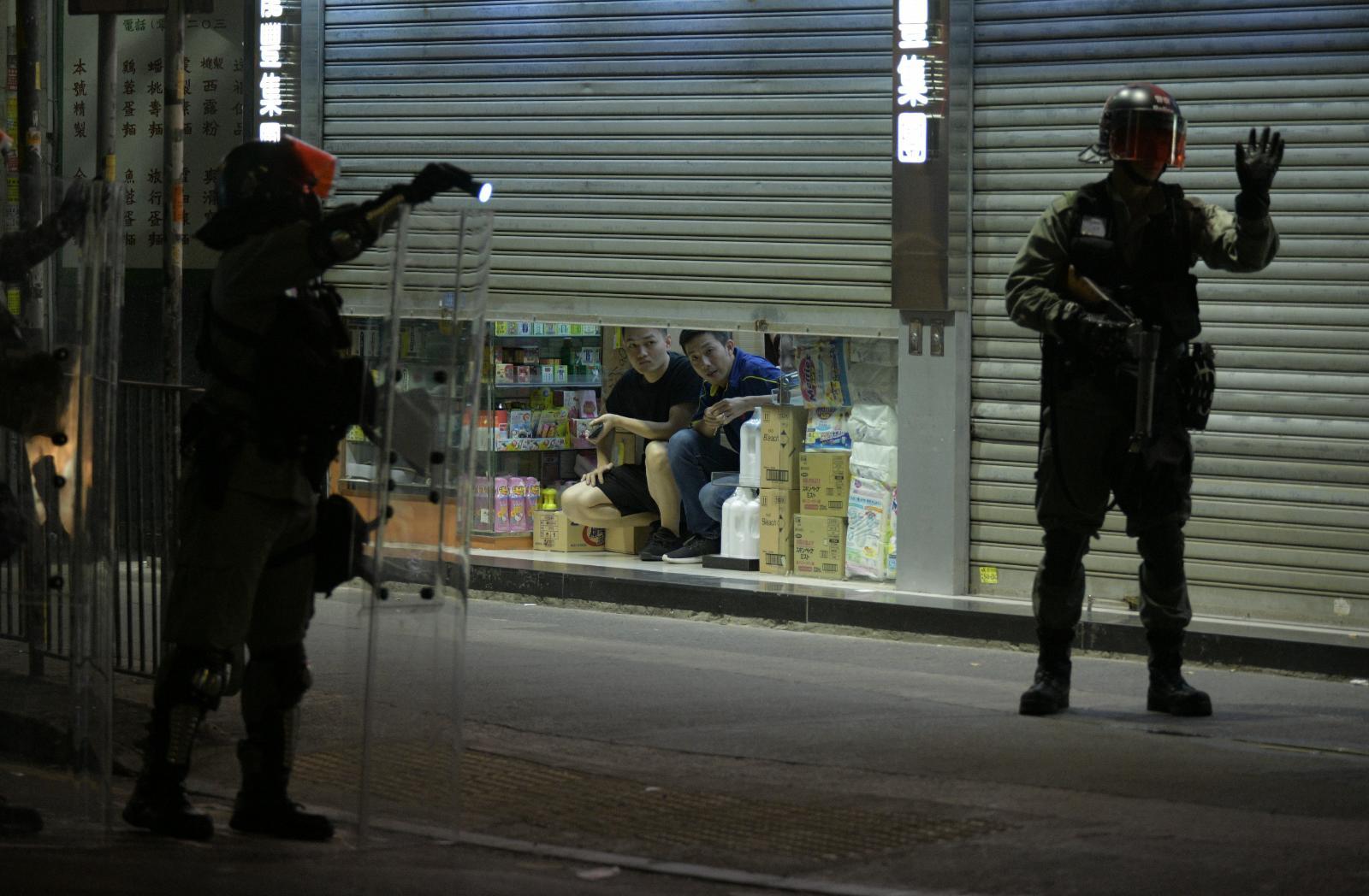 【修例風波】元朗群眾與持鐵通黑衣人互相擲物 防暴警察到場分隔