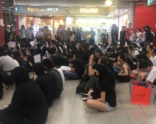 【修例風波】多區港鐵站黑衣人士抗議元朗7.21襲擊