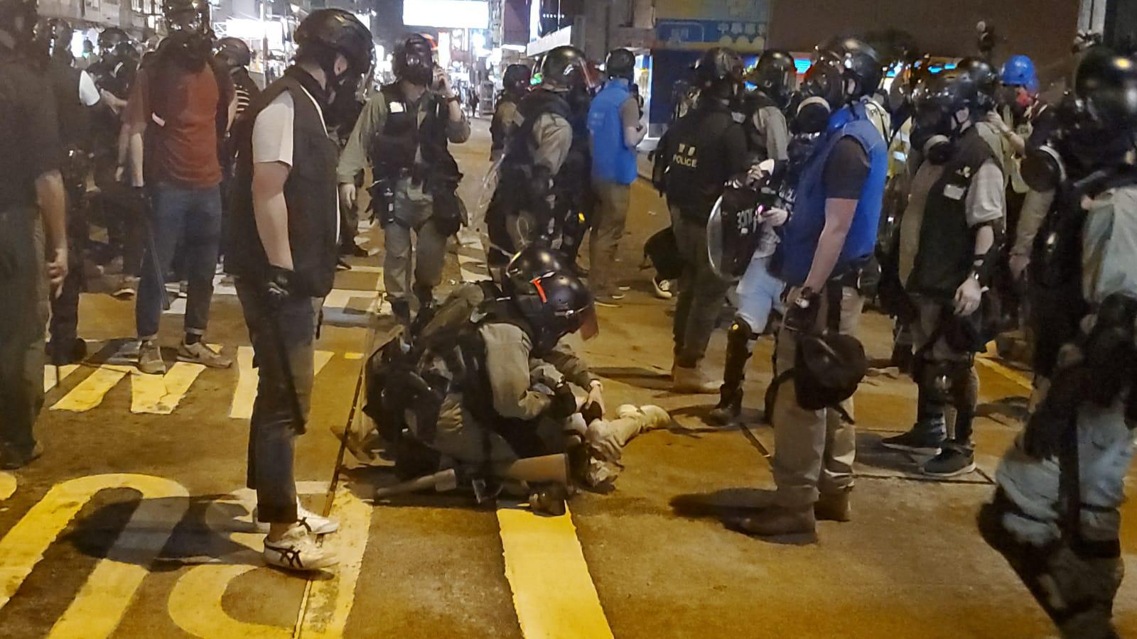 警方制服示威者