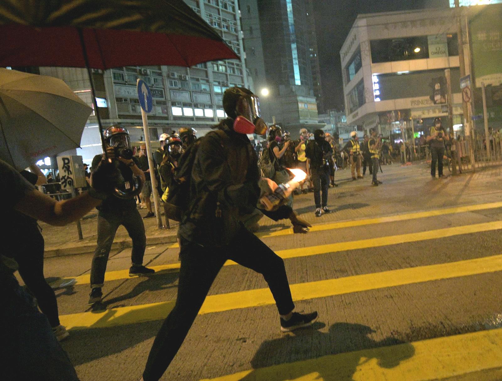 示威者縱火