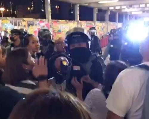 【修例風波】荃灣3男涉塗鴉被制服 警員持胡椒噴劑驅趕人群