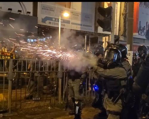 【修例風波】大棠路站外現懷疑炸彈 示威者十八鄉鄉委會掟汽油彈