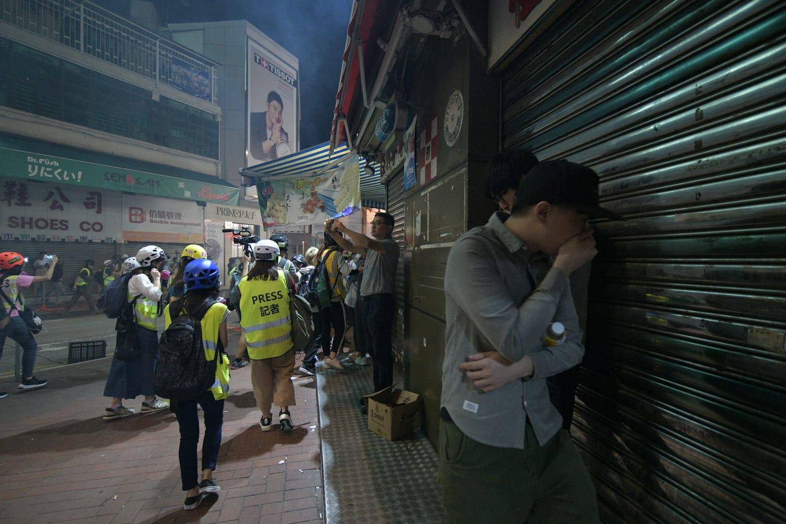 警方施放催淚彈,市民走避。