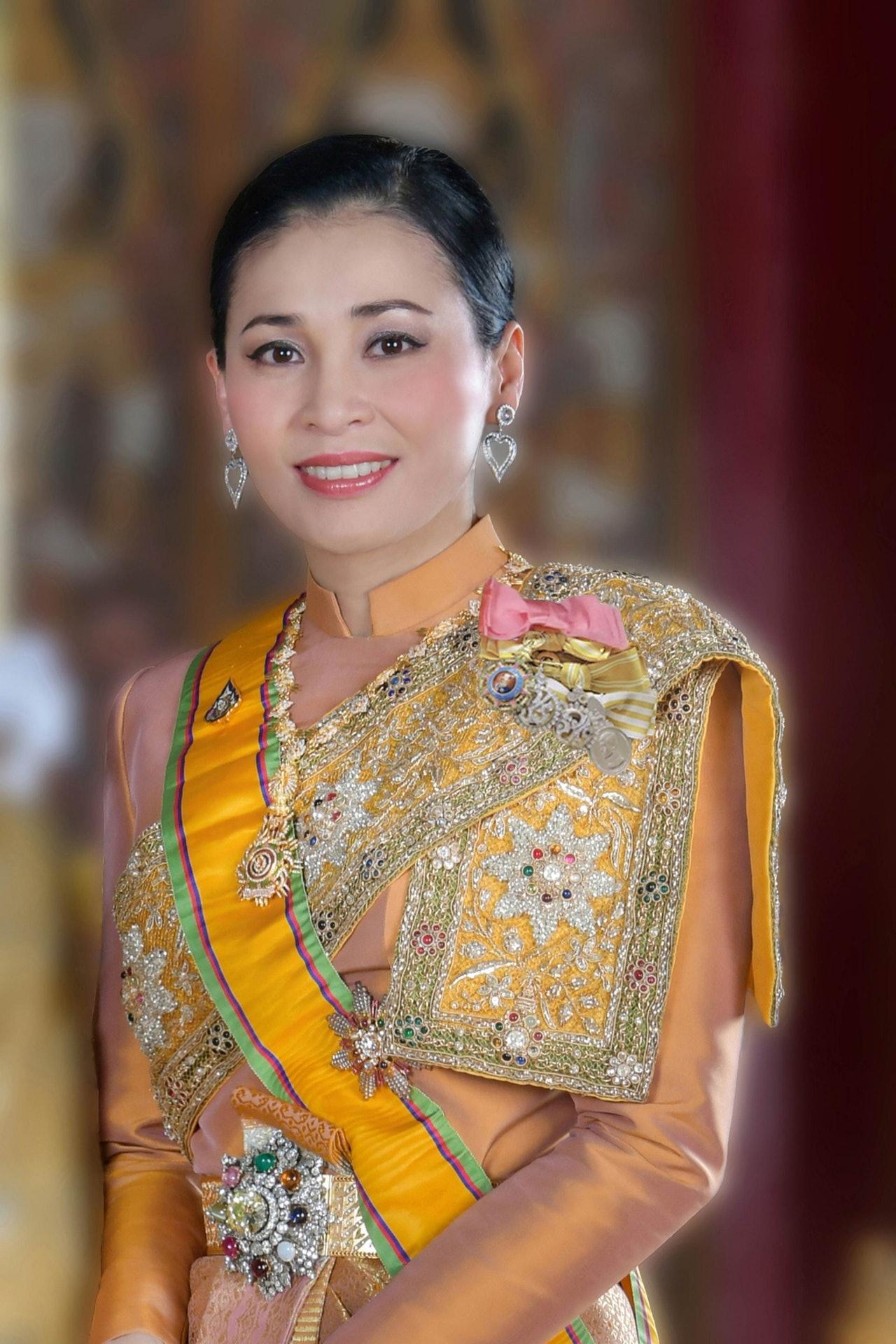 哇集拉隆功在加冕前三天的五月一日,才與多年女友素提達結婚,並冊封她為皇后。