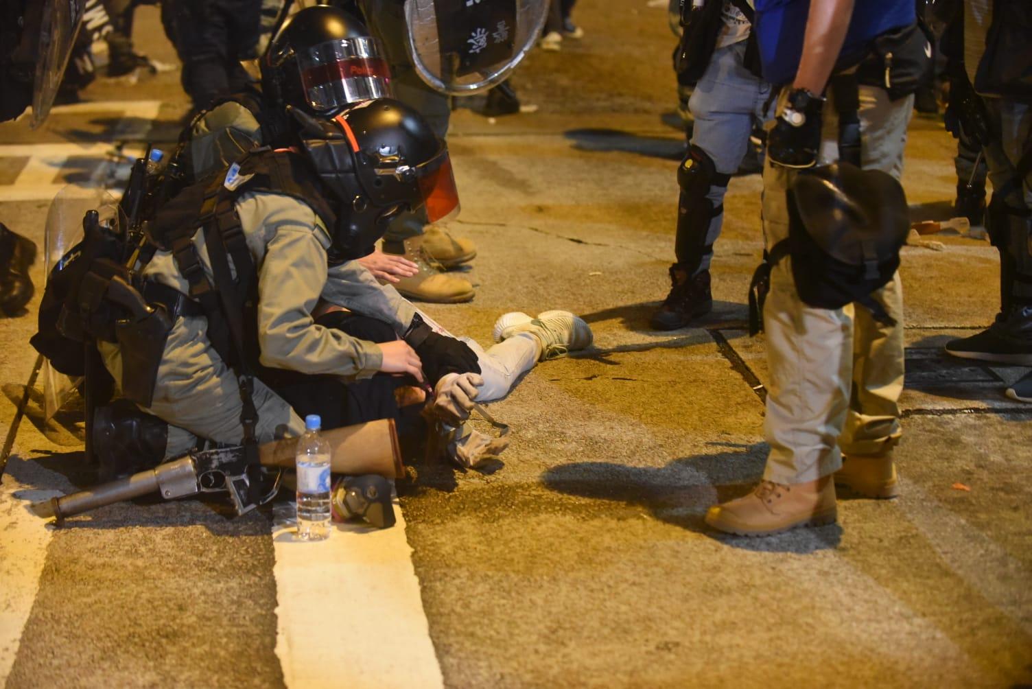 防暴警察發射多枚催淚彈驅散並制服多人。 資料圖片