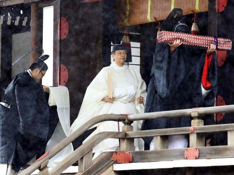 德仁穿上全白色的神事服向歷代天皇匯報即位。AP