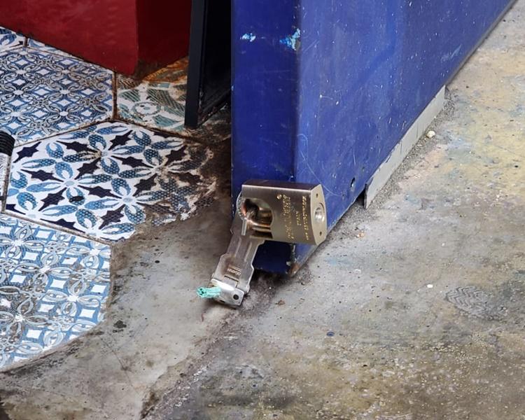 門鎖被撬毀。楊偉亨攝