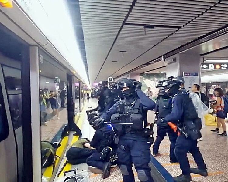 女市民因睹速龍小隊和防暴警察衝入車廂內毆打乘客致其精神受創而索償。資料圖片