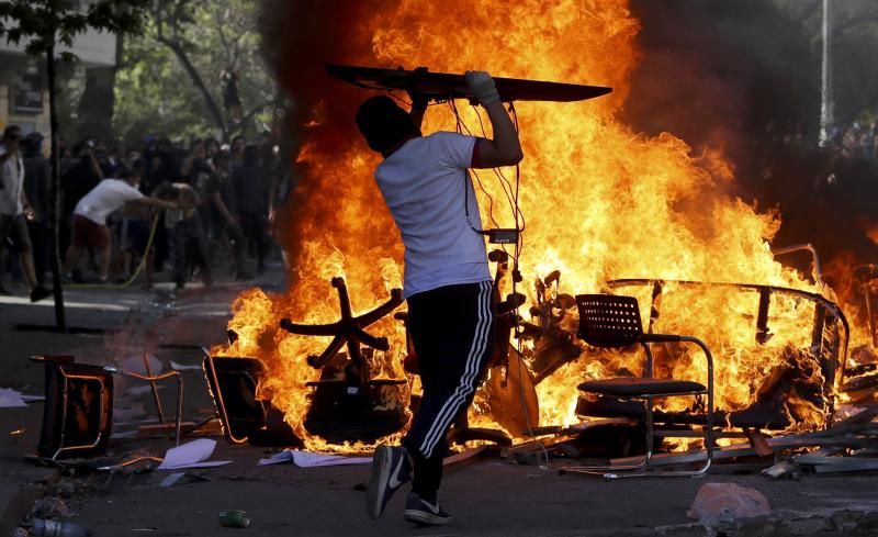 反政府示威者在智利聖地亞哥焚燒椅子。AP