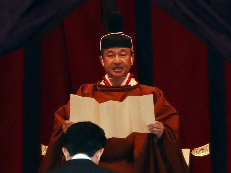 日本天皇德仁在「高御座」上發表即位致詞。AP