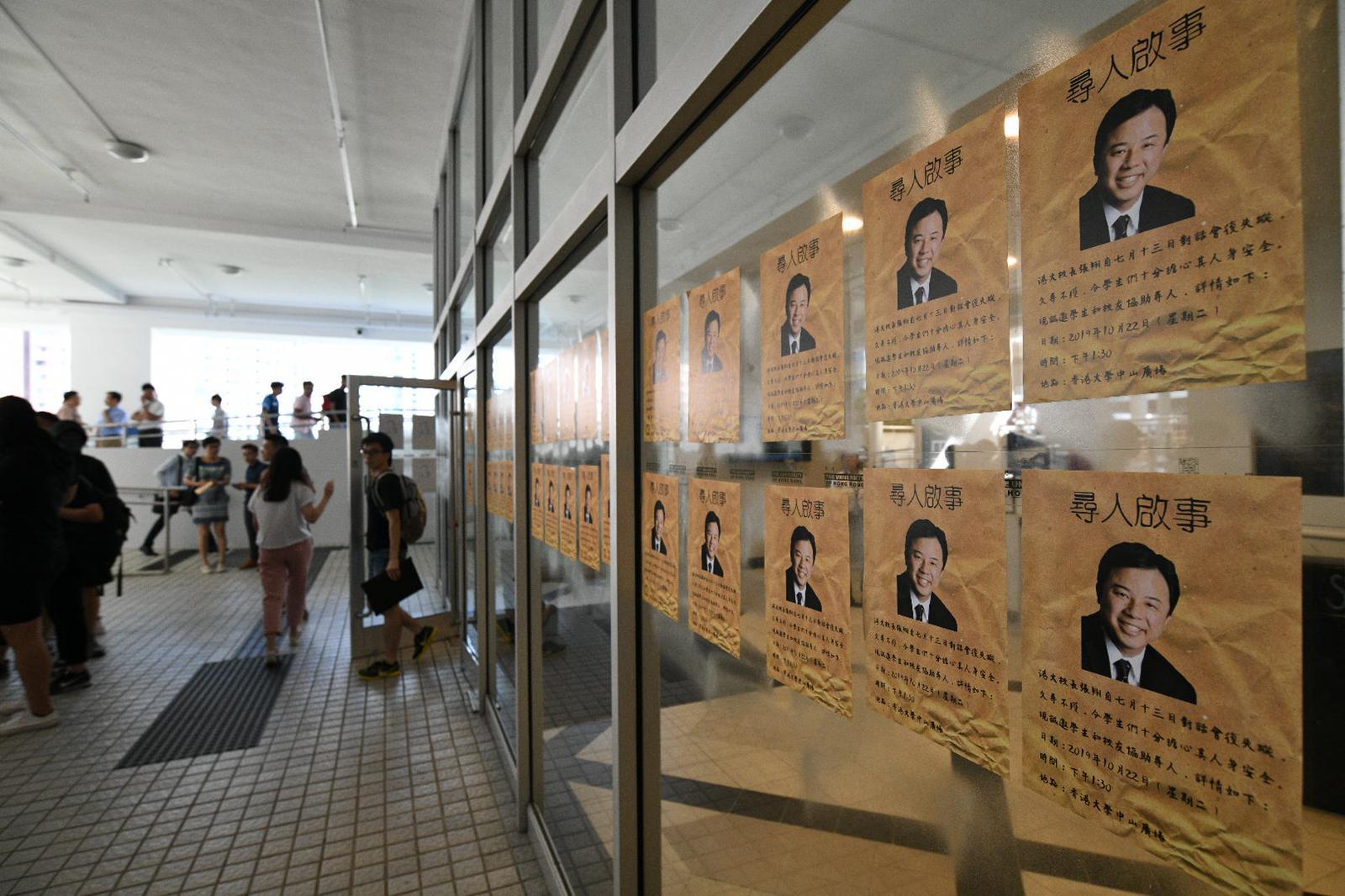 現場有穿黑衣的學生派發「尋人啟事」單張,指港大校長張翔自7月13日對話會後一直「失蹤」。