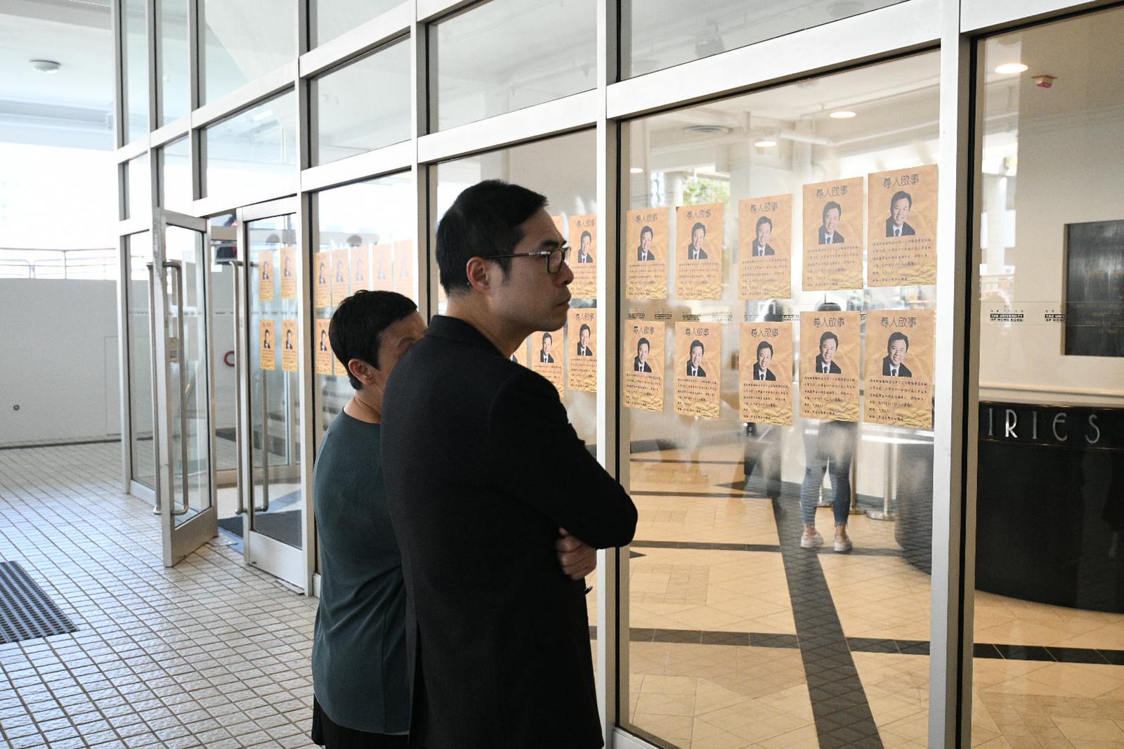 學生張貼「尋人啟事」單張,要求與張翔對話。