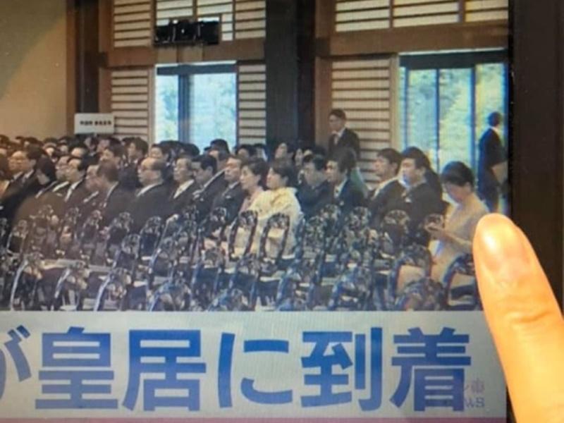 林鄭月娥被指在日皇即位禮玩手機。LIHKG圖片
