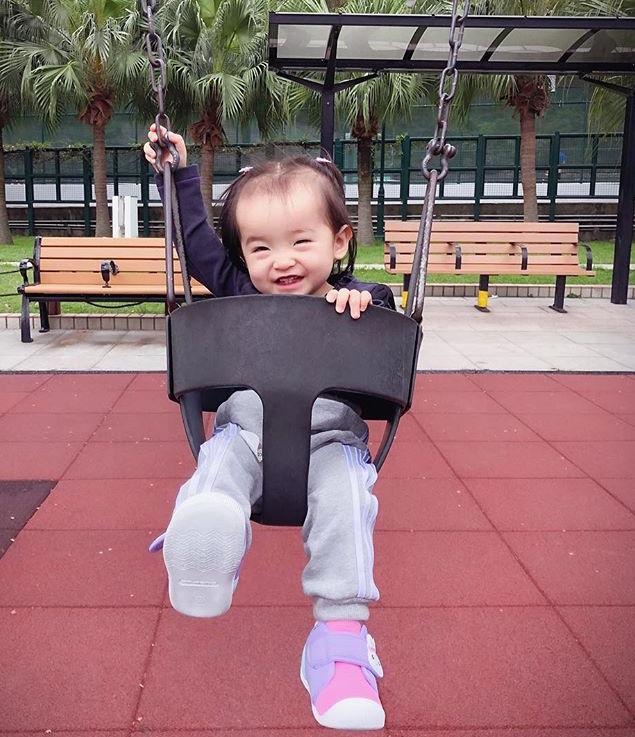 山聰經常在社交網上載芯芯喺公園玩嘅相。