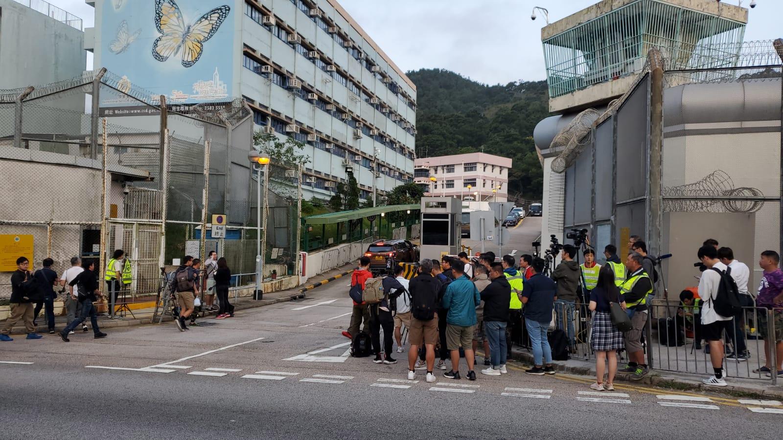 逾百名記者在外守候。