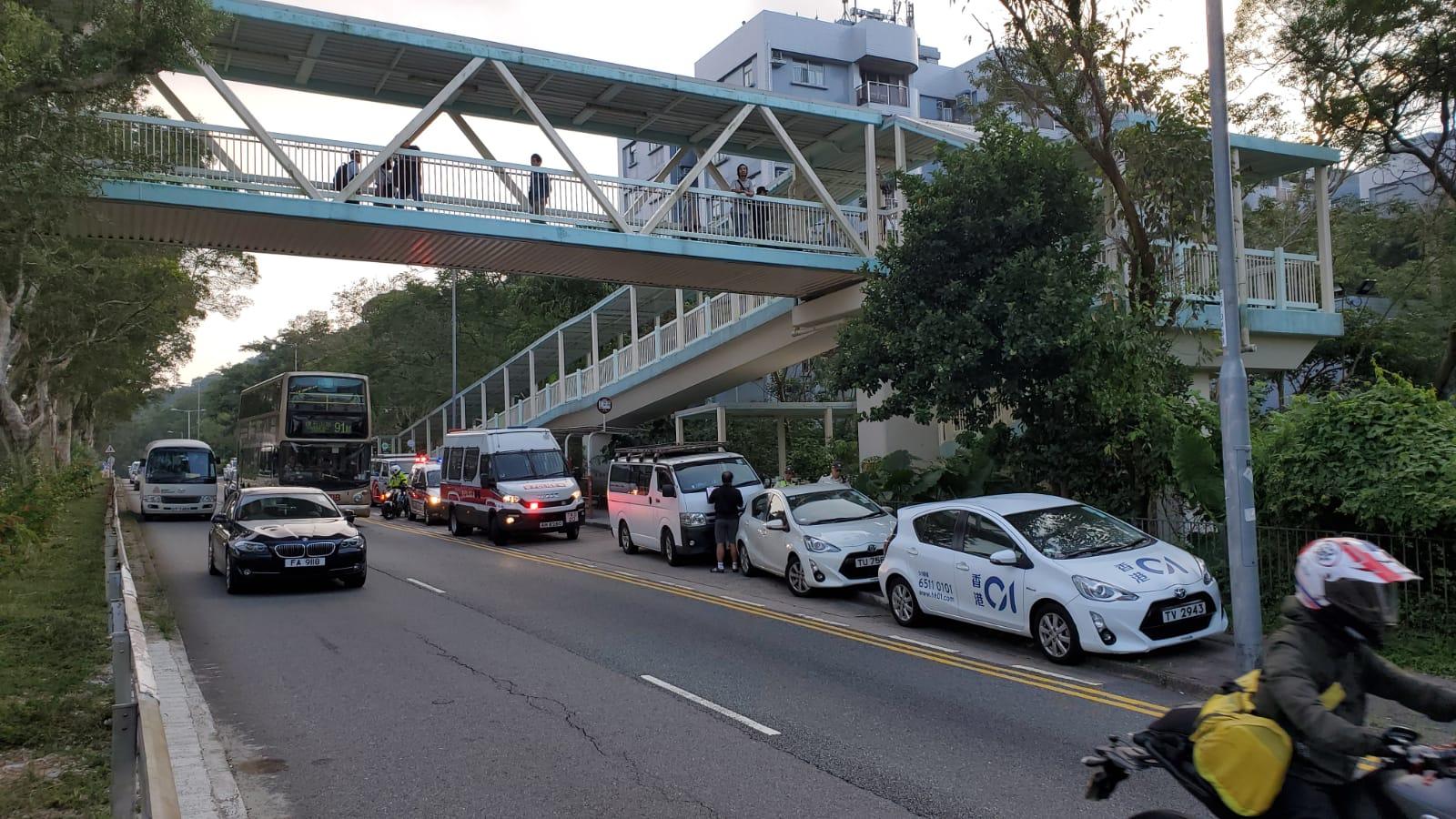 監獄對開停泊多部車輛。