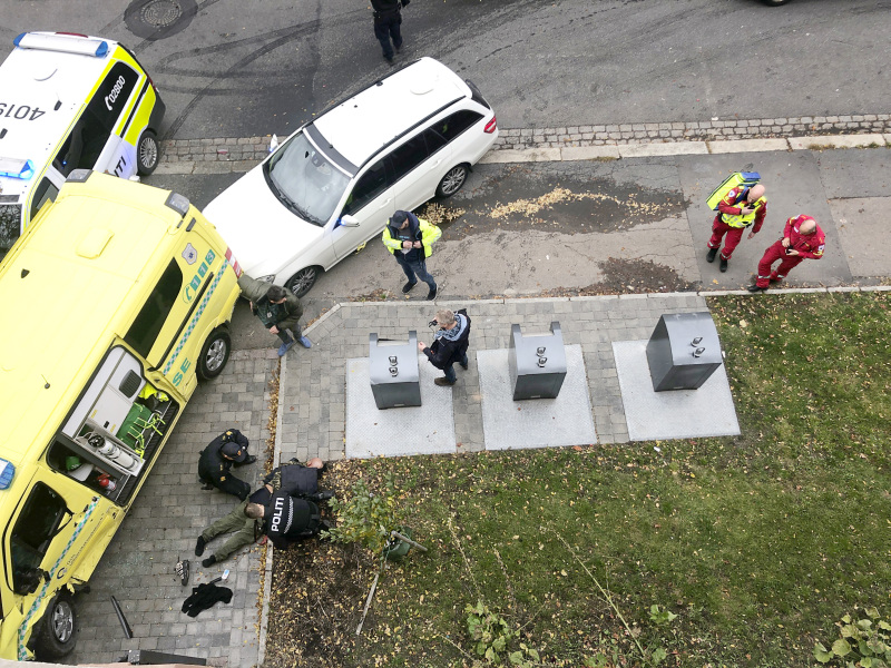 挪威首都奧斯陸一個男人持槍偷走救護車,駕車衝向行人,被警察開槍射傷制服。AP