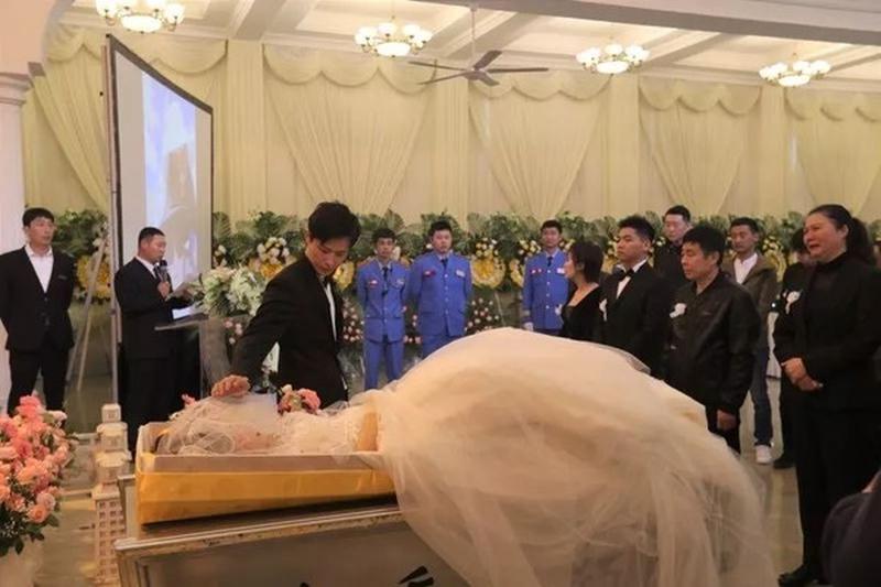 既是婚禮也是喪禮,徐世南在殯儀館與愛妻進行婚禮。(網圖)