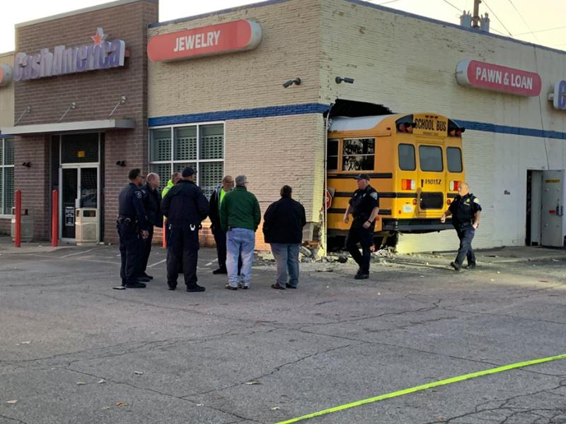 美國印第安納州一輛載著學童的校巴撞向一間抵押店,沒有人受傷。(網圖)
