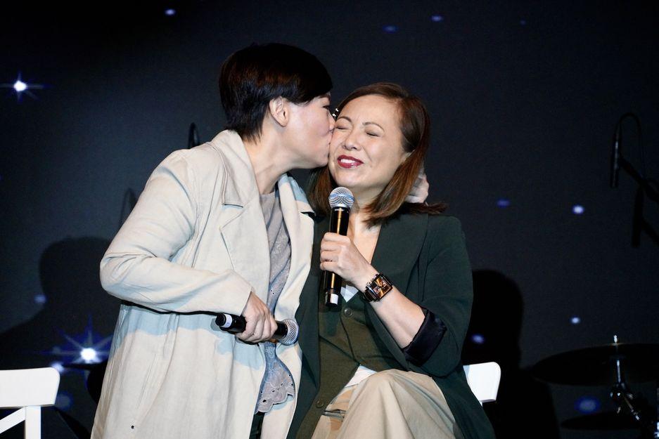娥姐更吻了雯女一下,兩人笑說是基督泯恩仇。