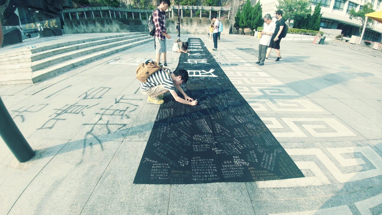 多名學生在一幅巨型橫額上,寫下對校長的心聲。