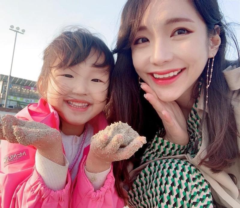 Jiwon不时分享与女儿的生活照片。(网图)